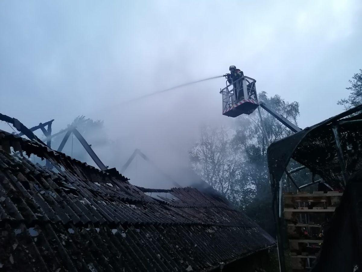 Brandfolk kæmpede natten til tirsdag med branden. Foto: Øxenholt Foto. KLIK VIDERE OG SE FLERE BILLEDER