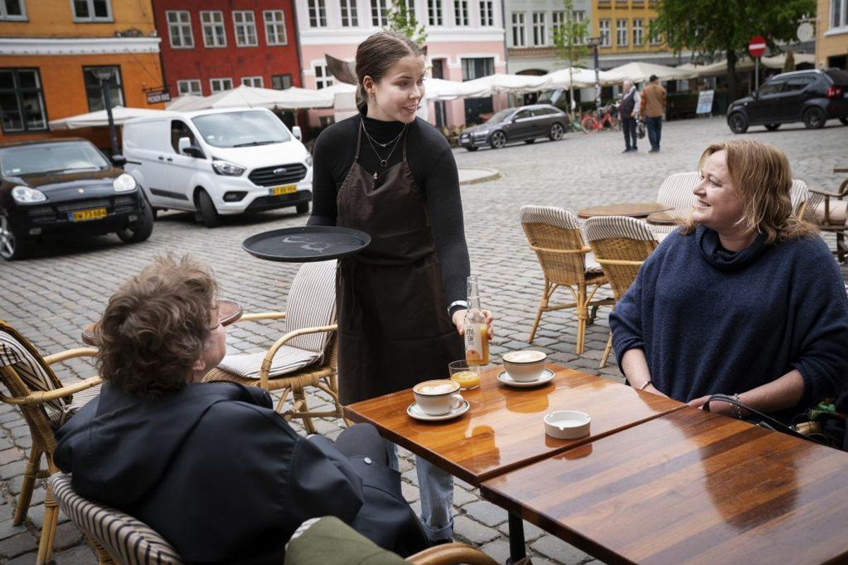 Naja Møller på Huks Fluks er klar til genåbnning på Gråbrødretorv i København mandag den 18. maj 2020. På Huks Fluks kom de første gæster kl. 10:15, selvom der egentlig først skulle åbnes kl 11. Restauranter, caféer og lign. kan fra i dag servere under nærmere retningslinjer bl.a. vedrørende åbningstid, fysisk afstand mv.. (Foto: Liselotte Sabroe/Ritzau Scanpix)