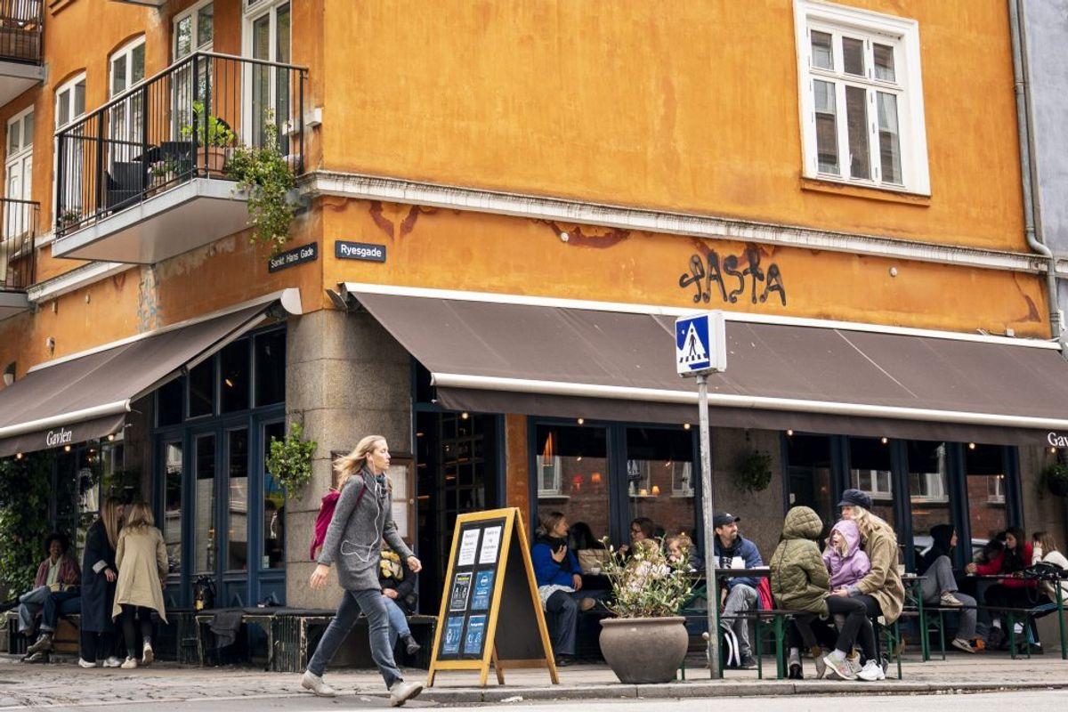 Café Gavlen genåbner, på Ravnsborggade i København mandag den 18. maj 2020. Restauranter, caféer og lign. kan fra i dag servere under nærmere retningslinjer bl.a. vedrørende åbningstid, fysisk afstand mv.. (Foto: Niels Christian Vilmann/Ritzau Scanpix)