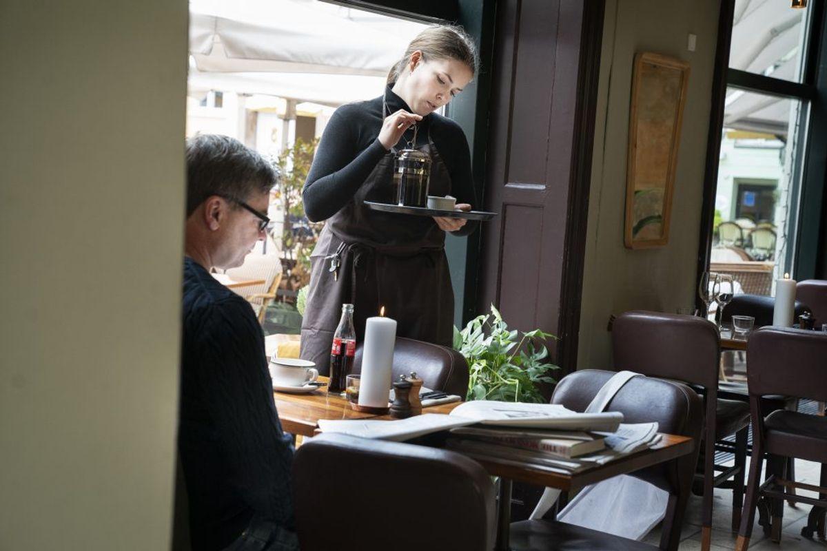 Naja Møller på Huks Fluks på Gråbrødretorv i København åbner igen mandag den 18. maj 2020. På Huks Fluks kom de første gæster kl. 10:15, selvom der egentlig først skulle åbnes kl 11. Restauranter, caféer og lign. kan fra i dag servere under nærmere retningslinjer bl.a. vedrørende åbningstid, fysisk afstand mv. (Foto: Liselotte Sabroe/Scanpix 2020)