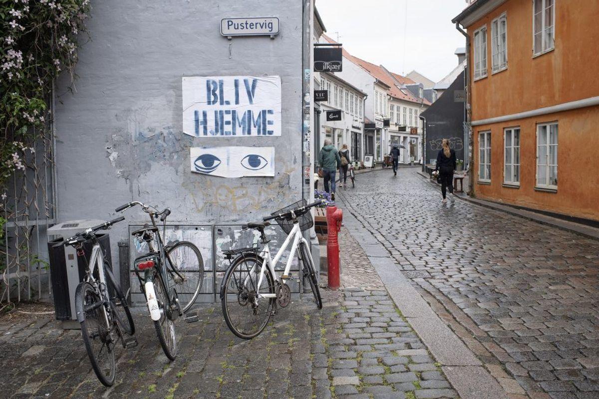 Caféer langs Åboulevarden i Aarhus genåbner for servering, mandag den 18. maj 2020. Restauranter, caféer og lign. kan fra i dag servere under nærmere retningslinjer bl.a. vedrørende åbningstid, fysisk afstand mv.. (Foto: Bo Amstrup/Ritzau Scanpix)