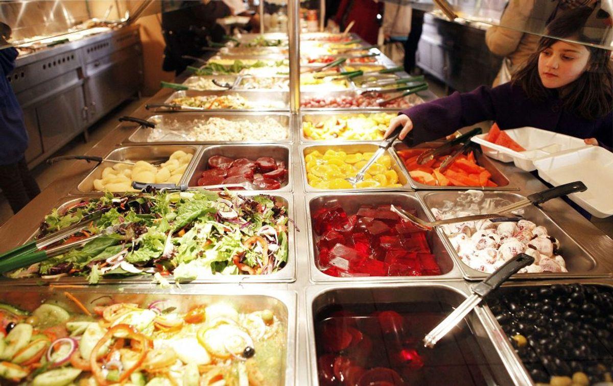 Flere Aarhusianske restauranter har efter genåbningen droppet buffeten. Arkivfoto: Finbarr O'Reilly/Scanpix.