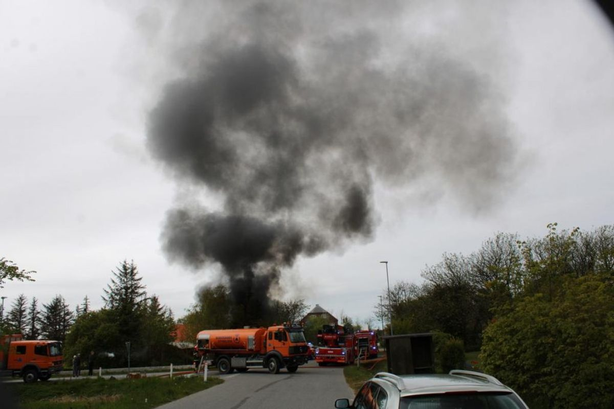 En villa i byen Vang ved Thisted brød mandag eftermiddag i brand. KLIK for flere billeder. Foto: Øxenholt Foto.