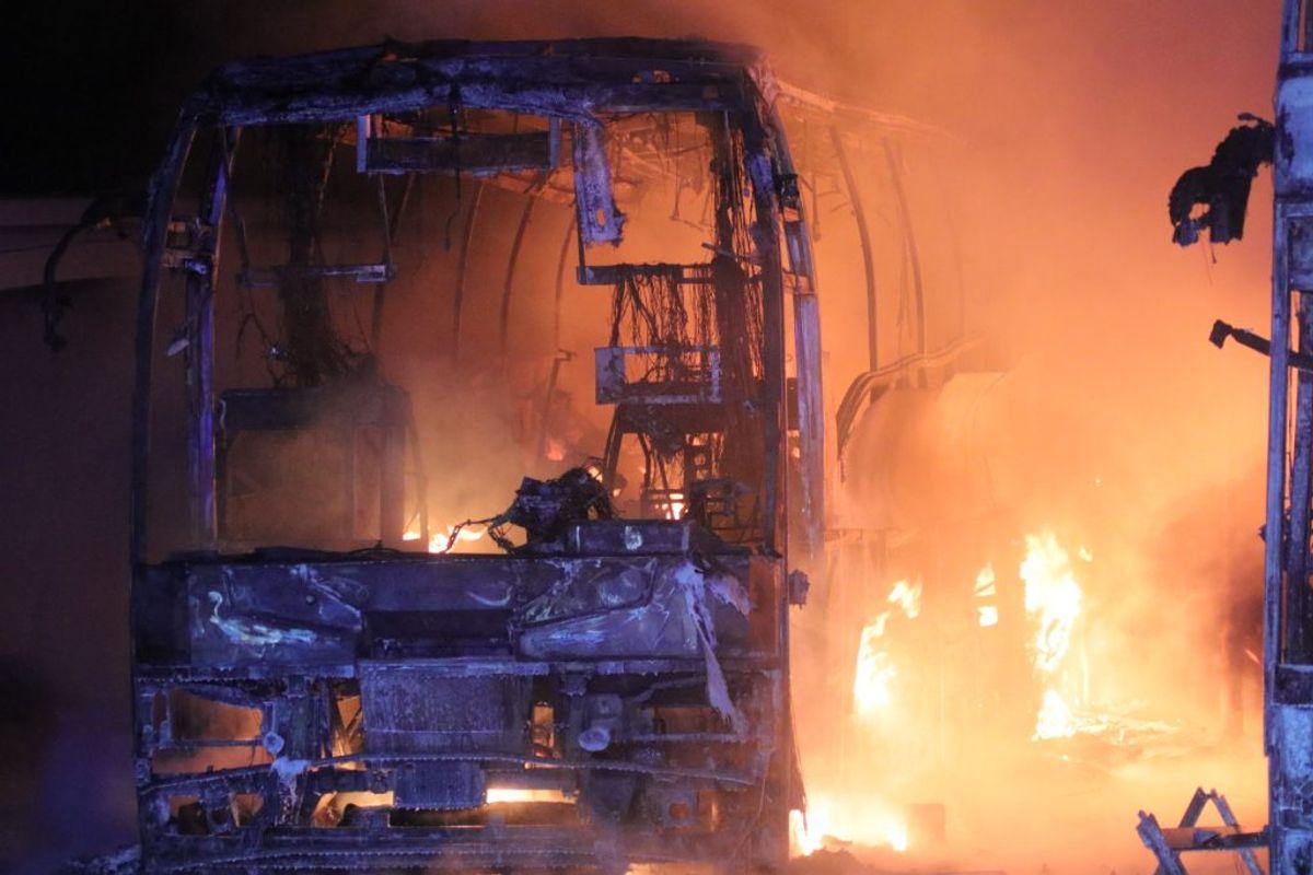 Flere danske busser udbrændte ved en voldsom brand natten til søndag. KLIK FOR FLERE BILLEDER FRA BRANDEN. Foto: Presse-fotos.dk