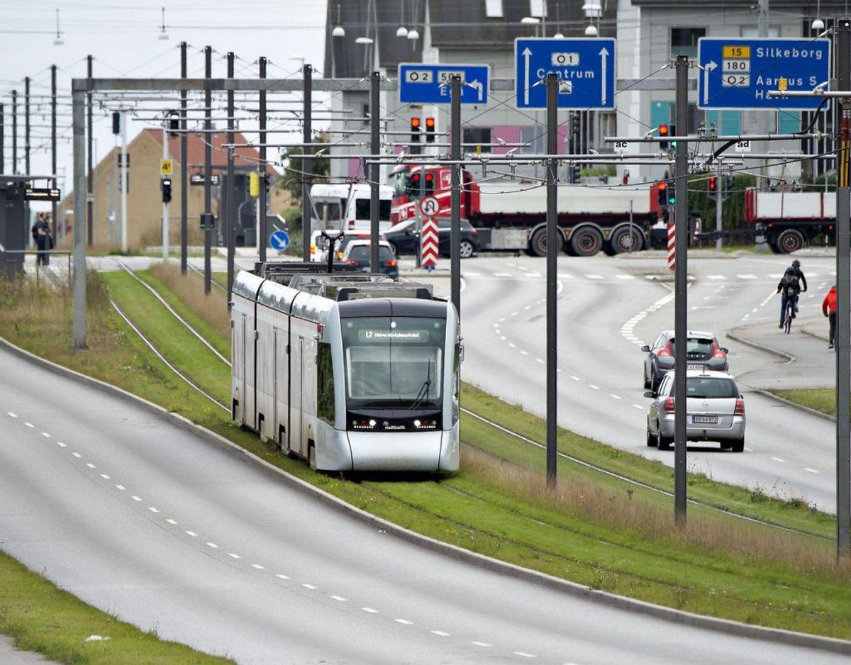 Aarhus Letbane har været involveret i en del ulykker. Men hvor farligt er det egentlig, at befinde sig tæt ved skinnerne? Foto: Henning Bagger/Ritzau Scanpix