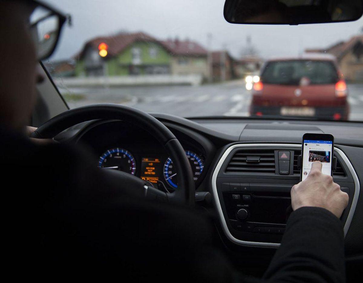 Drop telefonen og sociale medier, når du kører bil. Kilde: Rigspolitiet Foto: Scanpix