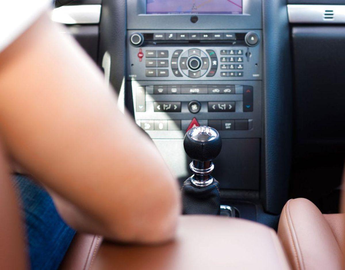 Hvis du taber noget i bilen, så lad være med at lede efter det. Kør ind til siden eller vent til parkerer bilen. Kilde: Rigspolitiet Foto: Scanpix