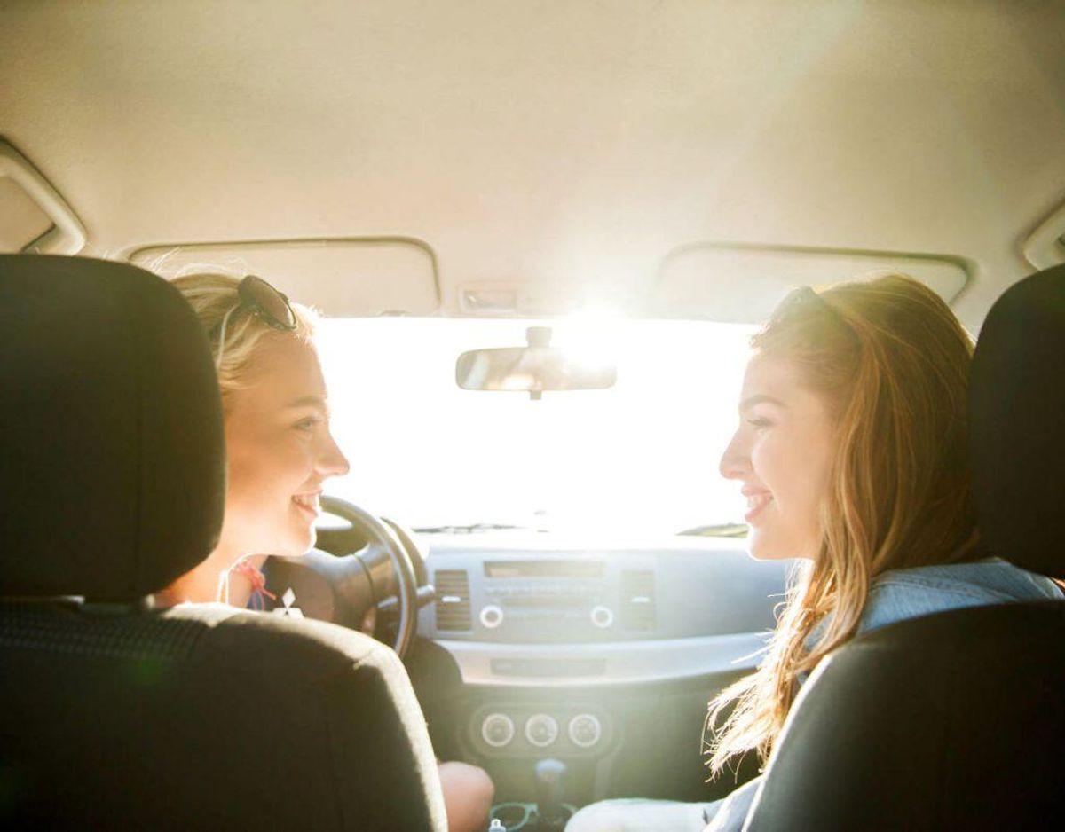 Kig altid på trafikken også selv om du taler med dine medpassagerere. Kilde: Rigspolitiet Foto: Scanpix