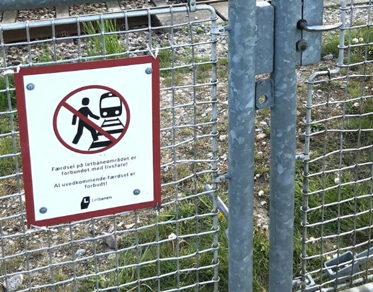 Fællesrådet i Mårslet kommer nu med et opråb om, at det hegn, der er sat op ved Letbanen ikke afholder personer fra at krydse over skinnerne. Foto: Finn Larsen/ Privat