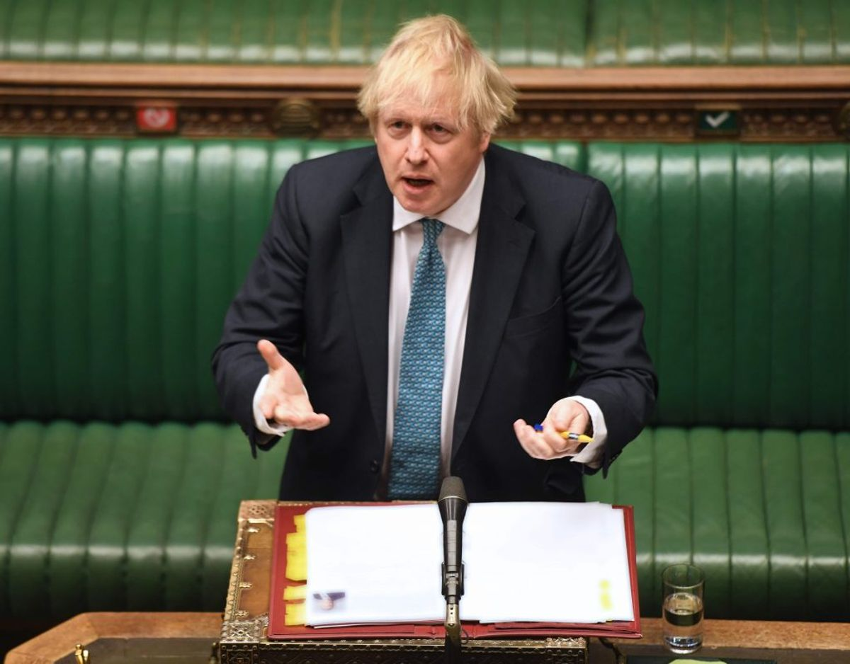 """Premierminister Boris Johnson er under pres for at oplyse mere om meget høje coronadødsfald på britiske plejehjem. """"Jeg vil ikke forsøge at foregive, at tallene, når de bliver endeligt bekræftet, ikke er voldsomme og meget, meget skræmmende. Dette har været en frygtelig pandemi"""", sagde han onsdag i parlamentet. – Foto: Jessica Taylor/Ritzau Scanpix"""