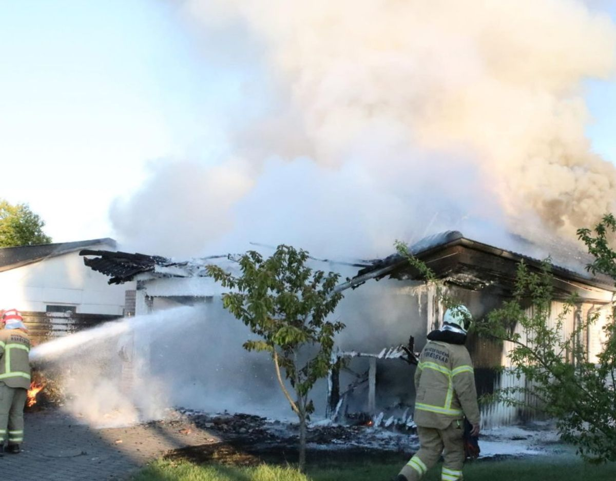 Husets beboere var ude, før brandvæsnet kom til stedet. Foto: Presse-fotos.dk.