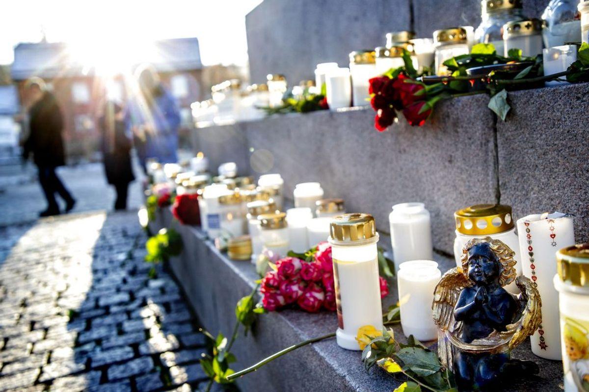 UDDEVALLA 20191130 Kungstorget i Uddevalla En minnesceremoni genomfördes på lördagsförmiddagen i Uddevalla för den 17-åriga flicka som efter två veckors sökande hittats död. Ceremonin arrangerades av organisationerna Fikk och Missing People, som båda deltagit i sökandet efter flickan. På Kungstorget i Uddevalla samlades människor och tände ljus. Även i Lysekil hölls en minnestund. Foto: Adam Ihse / TT / kod 9200. (Foto: 9200 Adam Ihse/TT/Ritzau Scanpix)