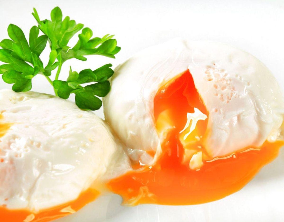 Edike er et must, når det gælder pocherede æg: Edike hjælper ægget med at koagulere og holde sammen. Men det er ikke et must. Så du kan pochere æg uden eddike, men det gør øvelsen lidt vanskeligere. Kilde: Expressen/Mit Kök. Foto: Scanpix.