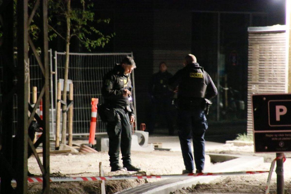 To mænd har lidt knivlæsioner, men er ikke ret meddelsomme. Foto: Presse-fotos.dk