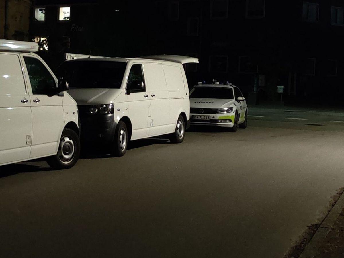 Politiet har både aften og nat været til stede på en adresse i Nakskov. Foto: Presse-fotos.dk