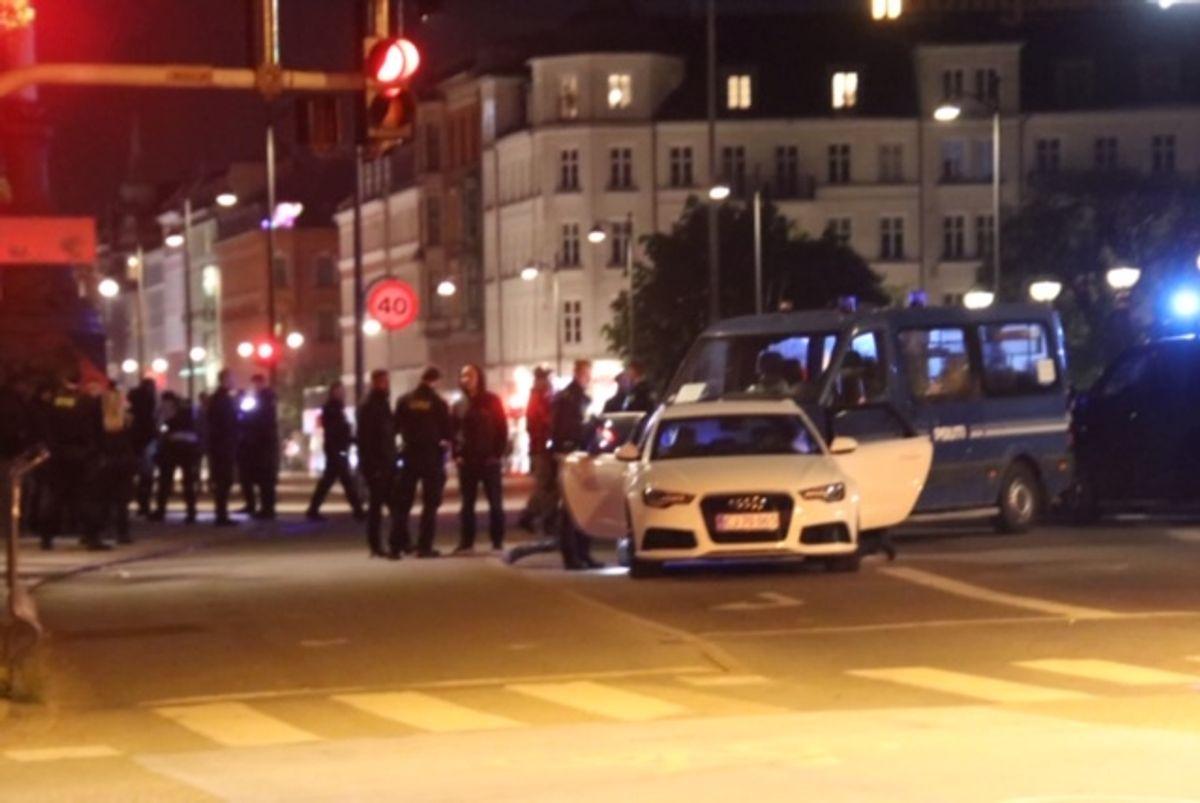 Politiet fik standset en bil med en mistænkt i, der kørte på Dronning Louises Bro i København. Det viste sig, at vedkommende ikke havde noget med knivstikkeriet at gøre. Foto: Presse-fotos.dk