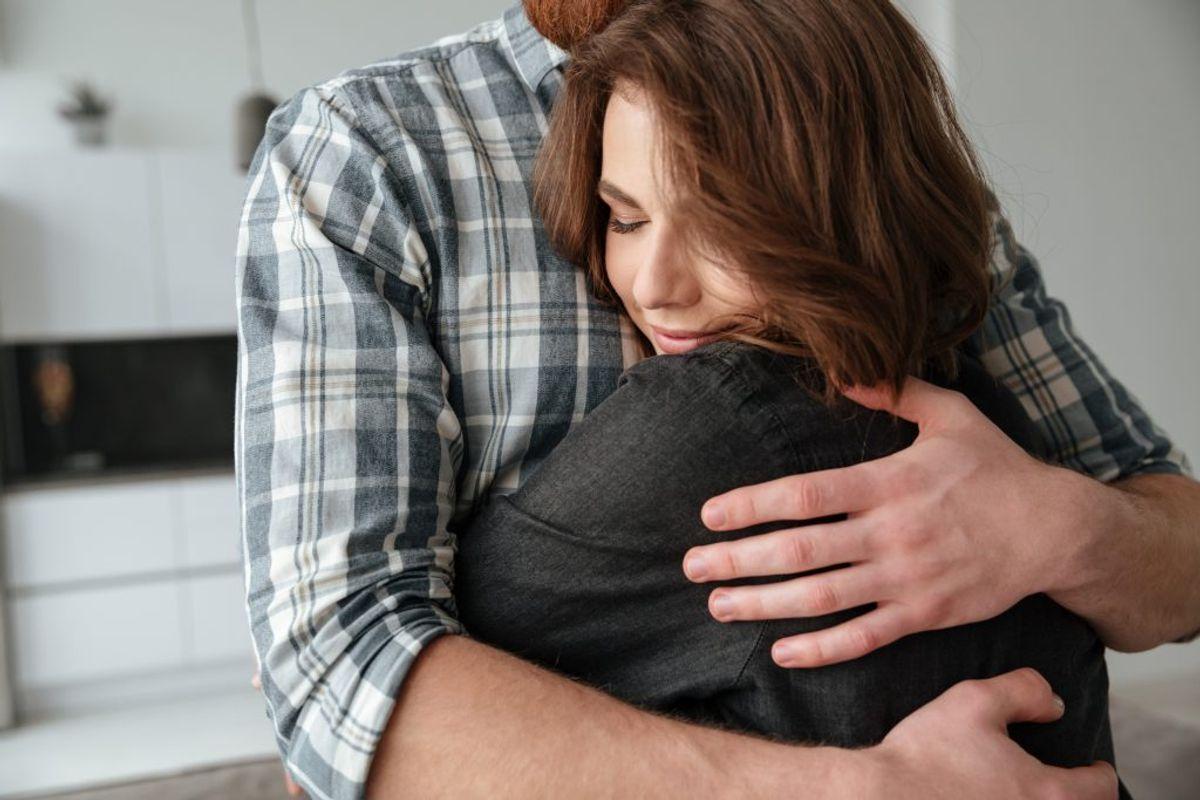 Tal åbent med dine nærmeste pårørende om deres omgangskredse og 'bevægecirkler', så du kender risikoen ved at give kram til dem. Kilde: Sundhedsstyrelsen. Arkivfoto.