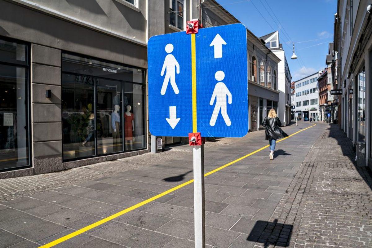 Forebyg dråbesmitte – hold afstand. Forebyg dråbesmitte – hold afstand. Kilde: Sundhedsstyrelsen. (Foto: Henning Bagger/Ritzau Scanpix)