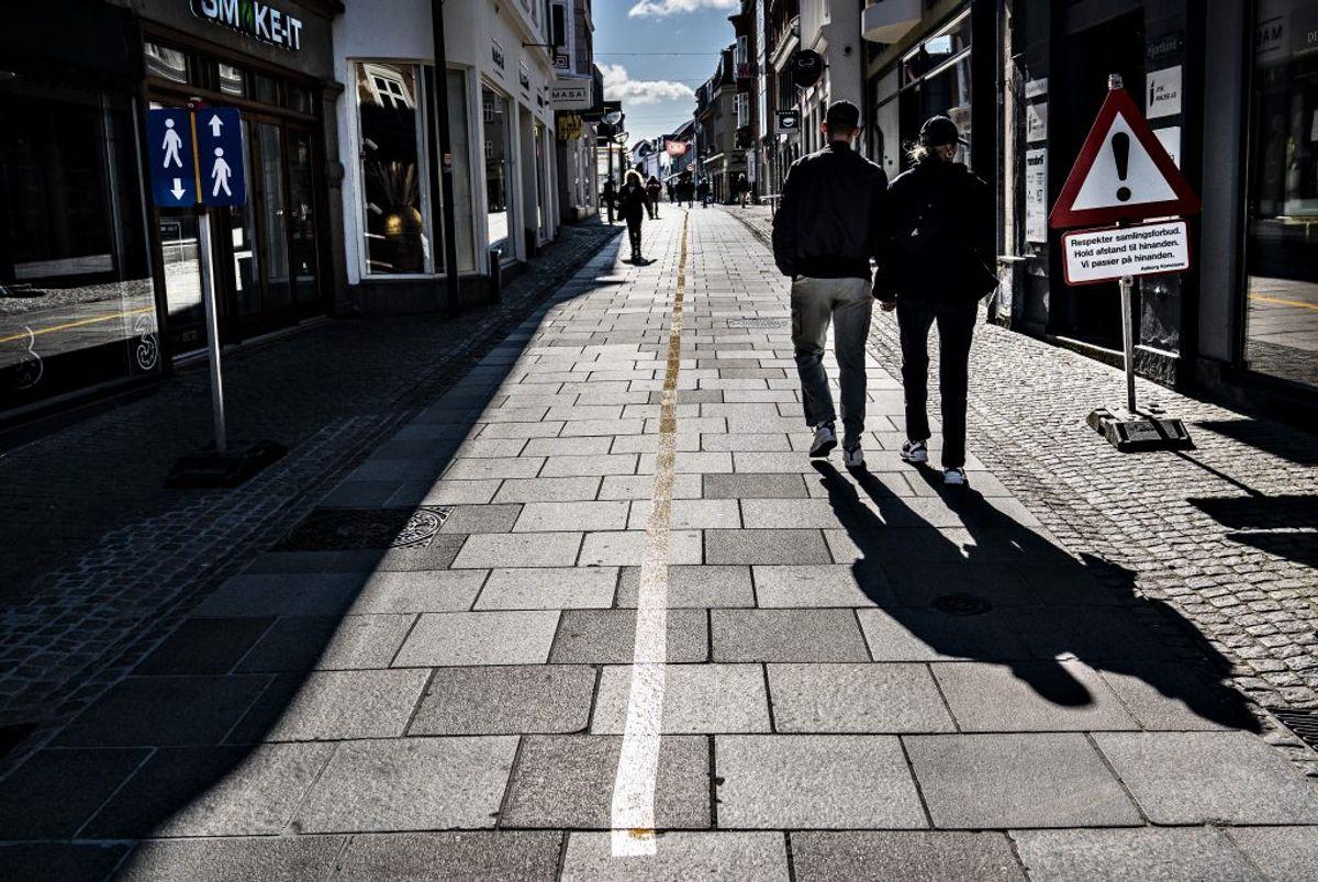 Bed andre om at tage hensyn ved at holde afstand. Kilde: Sundhedsstyrelsen. (Foto: Henning Bagger/Ritzau Scanpix)
