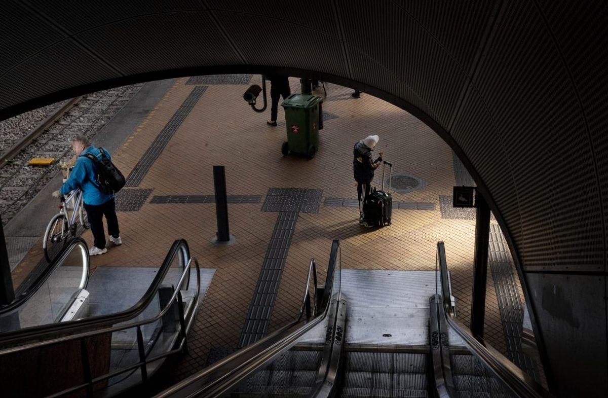 Undgå steder med mange mennesker, fx offentlige transportmidler i myldretiden. Lav dine indkøb når eller hvor, der er færrest i butikkerne. Kilde: Sundhedsstyrelsen. (Foto: Liselotte Sabroe/Ritzau Scanpix)