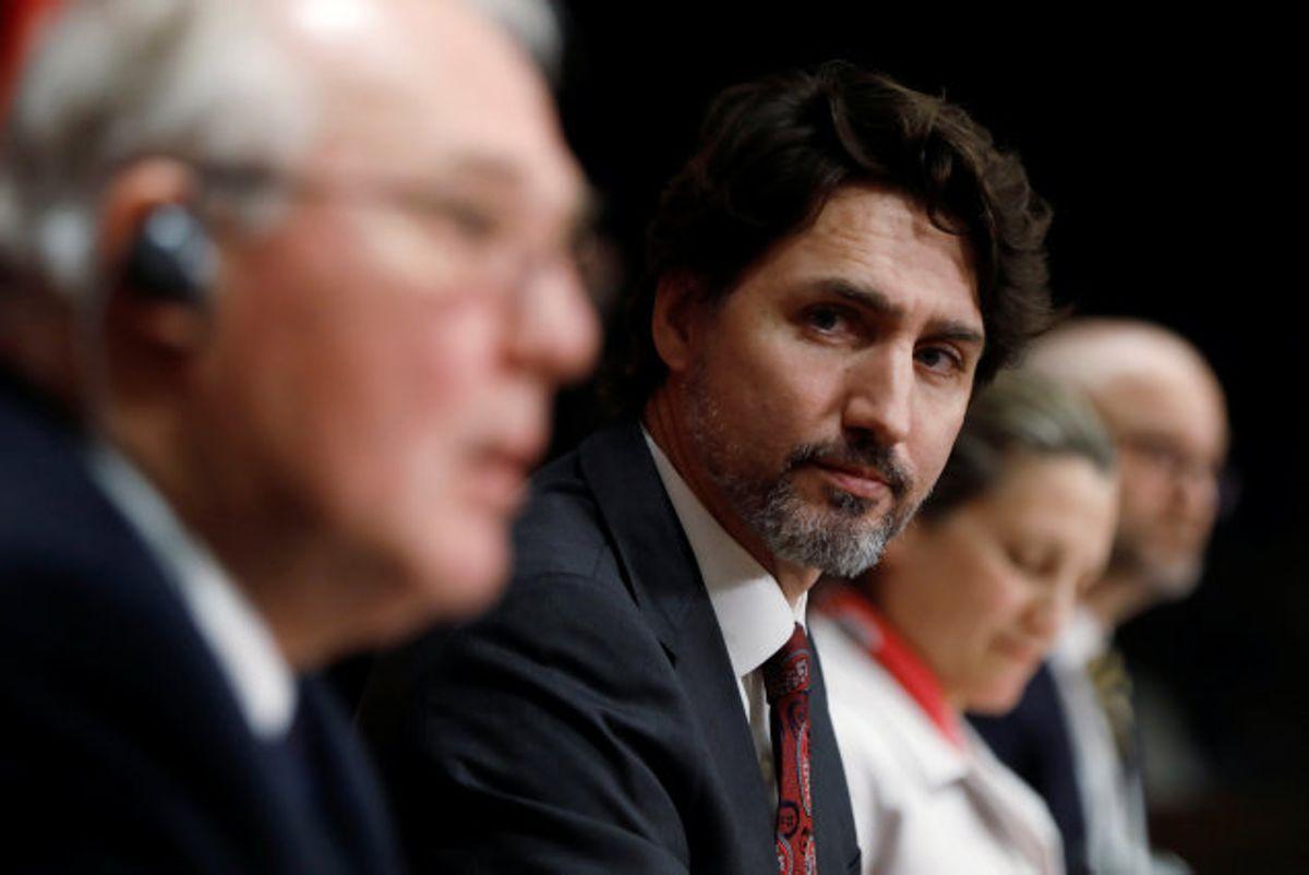 Canada forbyder med øjeblikkelig virkning et forbud mod en lang række militærlignende våbentyper. Det meddeler premierminister Justin Trudeau (nummer to fra venstre) på et pressemøde fredag. Foto: Blair Gable/Reuters
