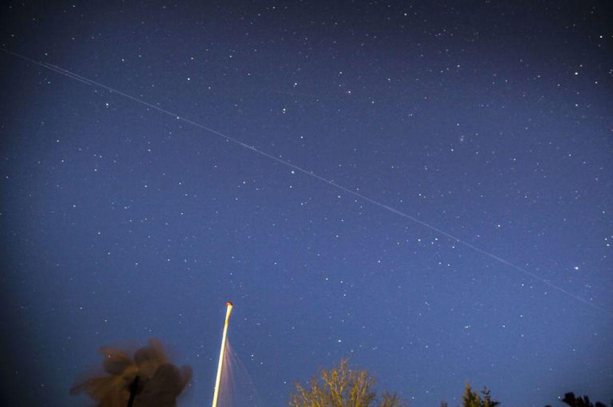 Deres lys giver også problemer. Det kan blive svært at se stjernerne, og det bekymrer astronomer. Kilder: starlink.com, professor John Leif Jørgensen. (Foto: Mads Claus Rasmussen/Scanpix)