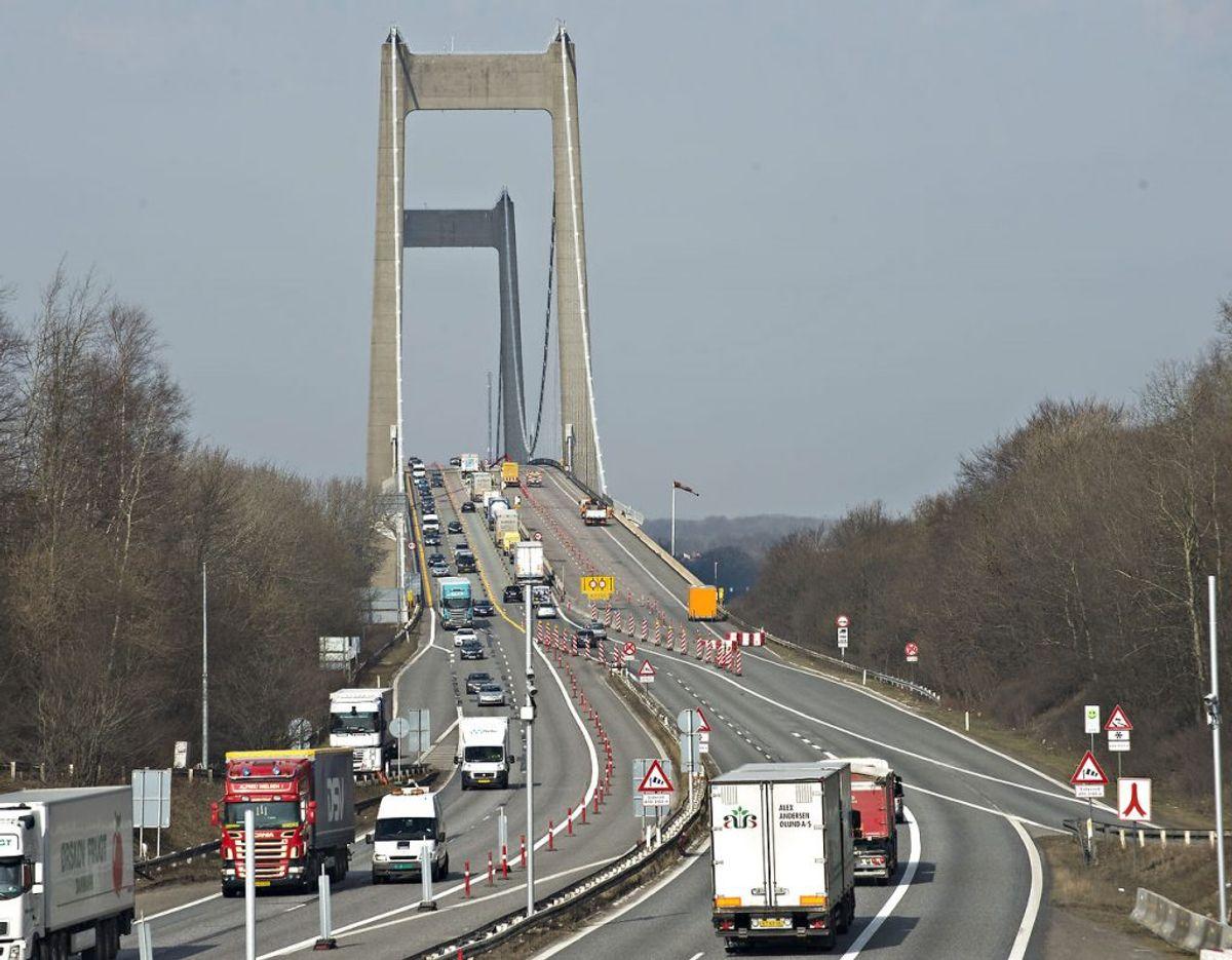 Betjenten lavede en hastighedsmåling, som viste 183 km/t i en 110 km/t zone. Men det er ikke det hele… Miseren fortsatte over broen. Arkivfoto: Scanpix