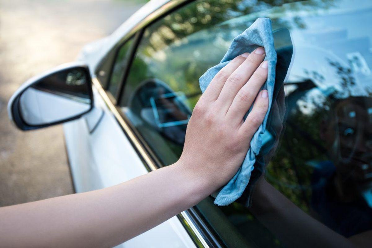 Et mikrofiberhåndklæde er godt til at tørre bilen med efter vasken.  Foto: Colourbox.