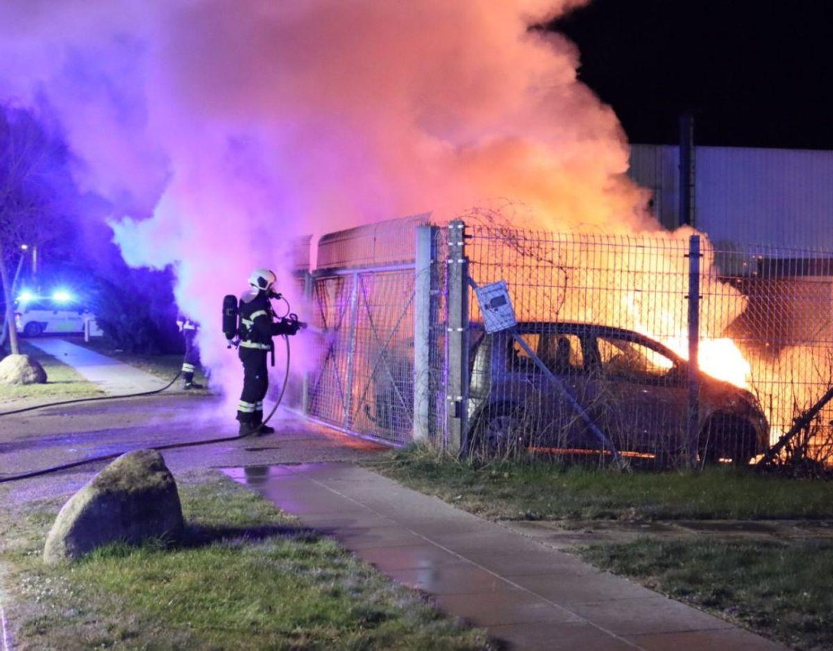 Tre biler ved et autoværksted på Amager brød tirsdag morgen i brand. Københavns Politi kender endnu ikke brandårsagen. KLIK VIDERE OG SE FLERE BILLEDER Foto: Presse-fotos.dk