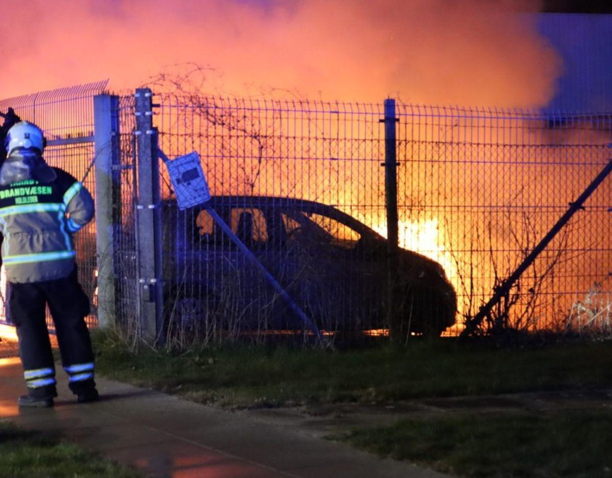 Tre biler ved et autoværksted på Amager brød tirsdag morgen i brand. Københavns Politi kender endnu ikke brandårsagen. Foto: Presse-fotos.dk