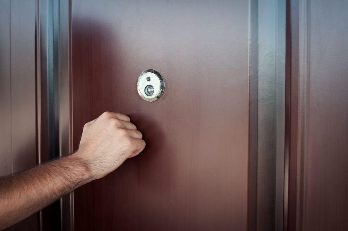 Undgå at lukke fremmede ind i dit hjem. Foto: Scanpix.