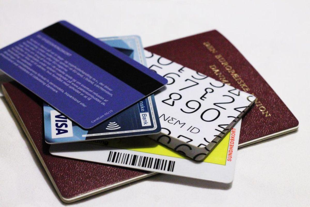 Opbevar ALDRIG pinkoden med dine kort. Foto: Colourbox.