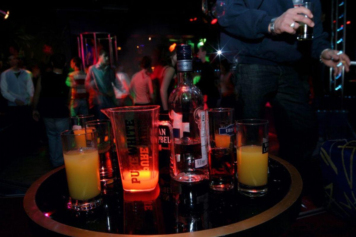 Han drikker i alt 14 genstande i løbet af aftenen. Foto: Colourbox.