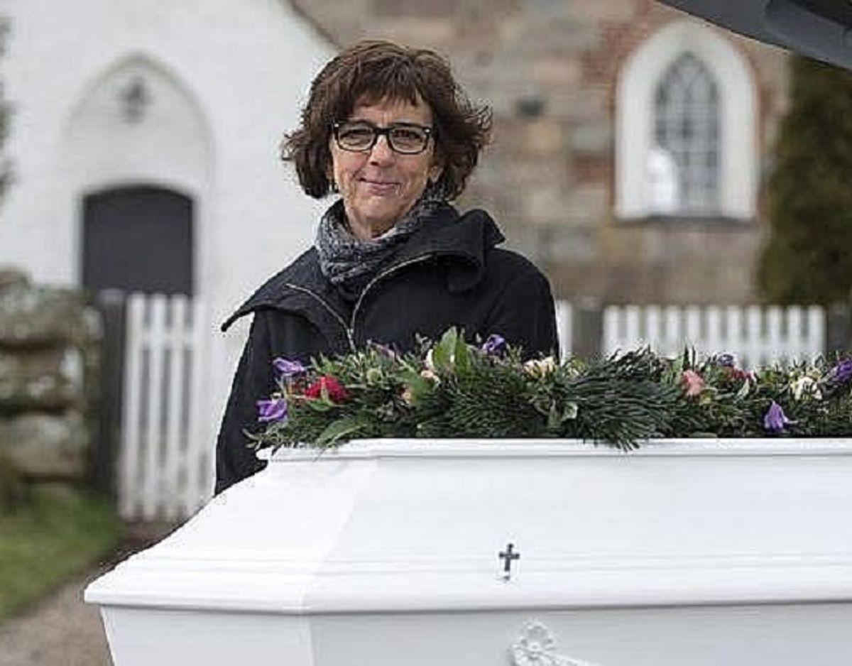 Bedemand Henriette Plougmann vil fremover tilbyde pårørende at livestreame fra begravelser og bisættelser. Foto: Henrik Bjerre/TV2 Østjylland.