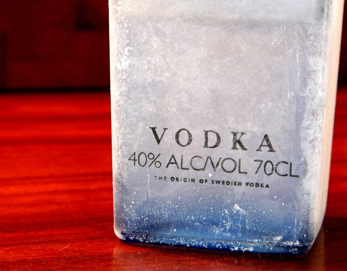 Shamanens mirakel eliksir indeholder en sjat vodka og dertil forskellige olier. Klik videre for flere billeder. Foto: Scanpix.