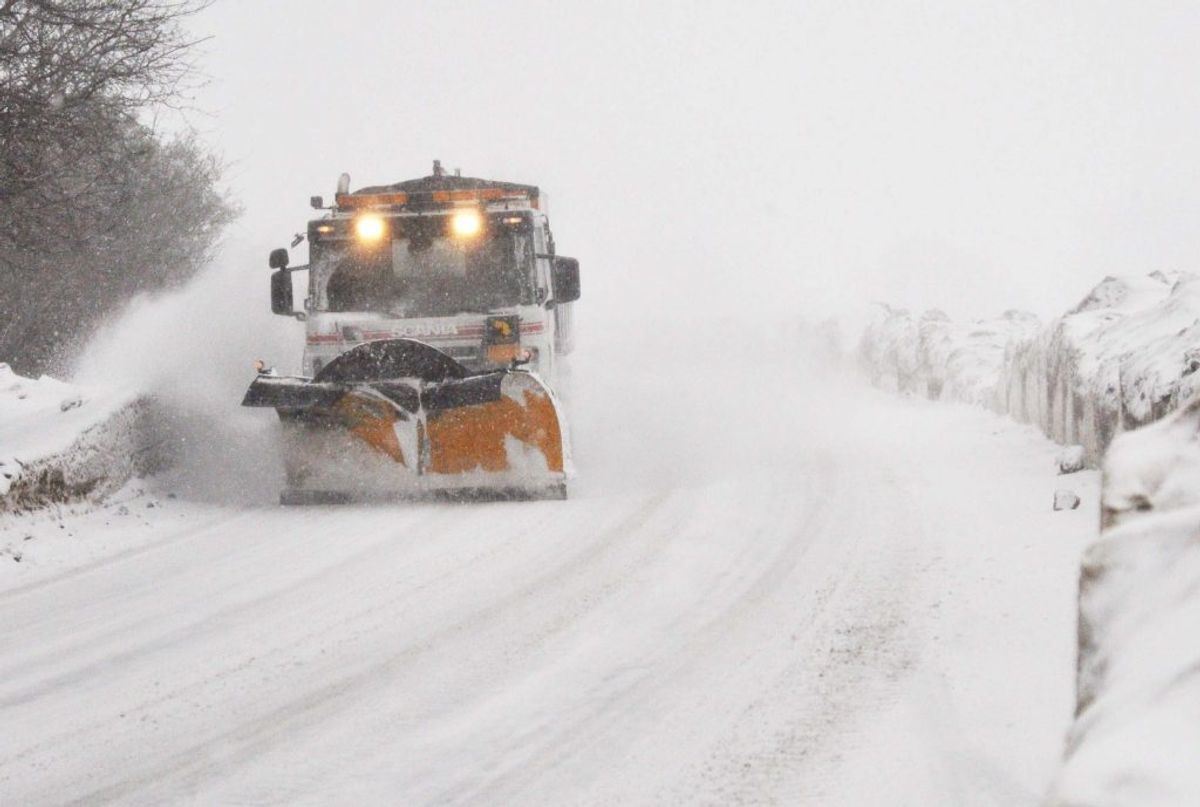 – SNEGLAT: En mere åbenlys form for glat. Opstår når der er faldet sne på vejen.