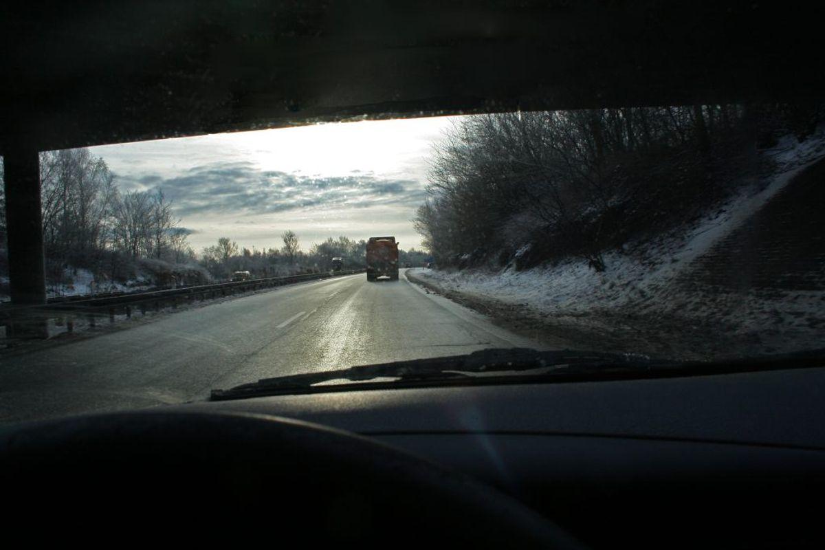 – FRYSENDE VÅDE VEJE: Opstår når vejen er våd, og der er frostvejr. Det kaldes også for sort is og er farligt, fordi man som trafikant ikke rigtig kan se, at der er glat.