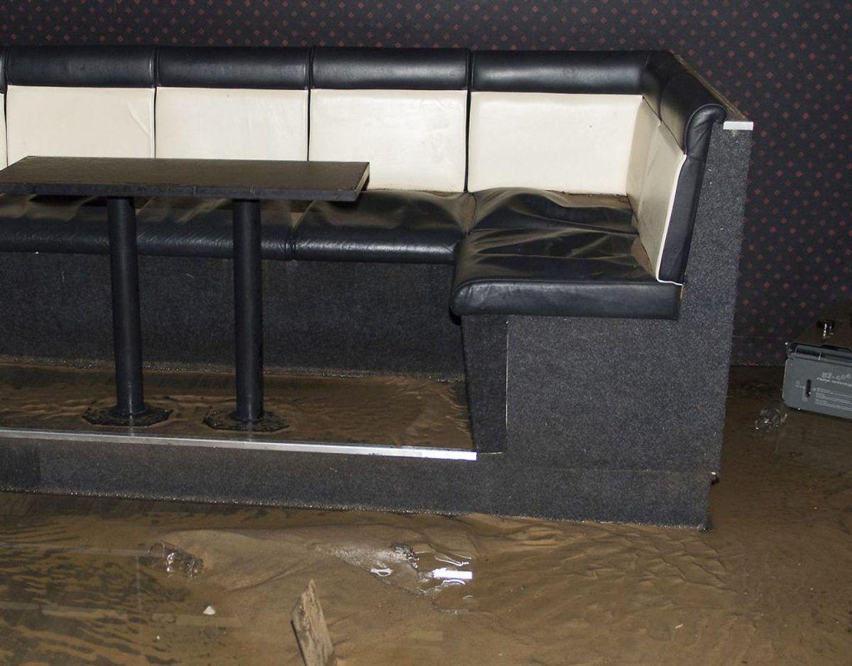 Alt porøst udstyr, der har været vådt mere end 48 timer bør kasseres og lægges i lukkede poser. Andet udstyr, der ikke kan reddes, skal kasseres. Foto: Scanpix
