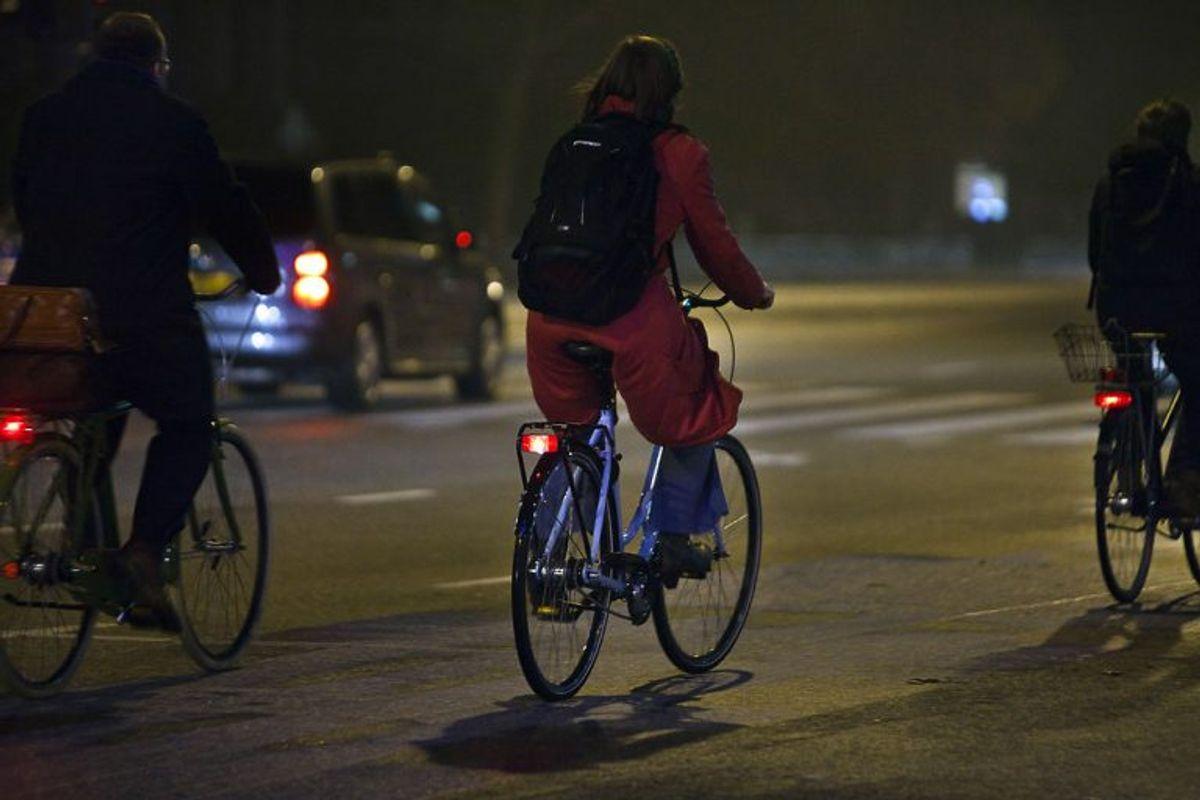 Foran på cyklen skal monteres en lygte, der afgiver gult eller hvidt lys. Baglygten skal afgive rødt lys. Begge skal afgive lys, der er tydelig synligt på mindst 300 meters afstand og er synligt fra siderne. Foto: Scanpix