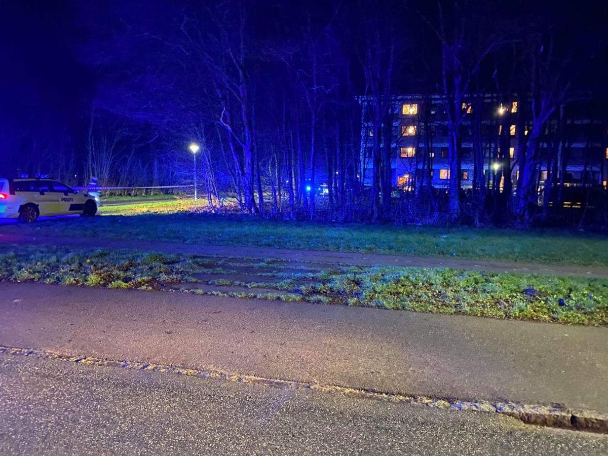 Tirsdag aften blev der affyret skud mod to personer på en parkeringsplads ud for Parkvej 30 i Køge. KLIK VIDERE OG SE BILLEDER AF BILBRANDEN Foto: Presse-foto.dk