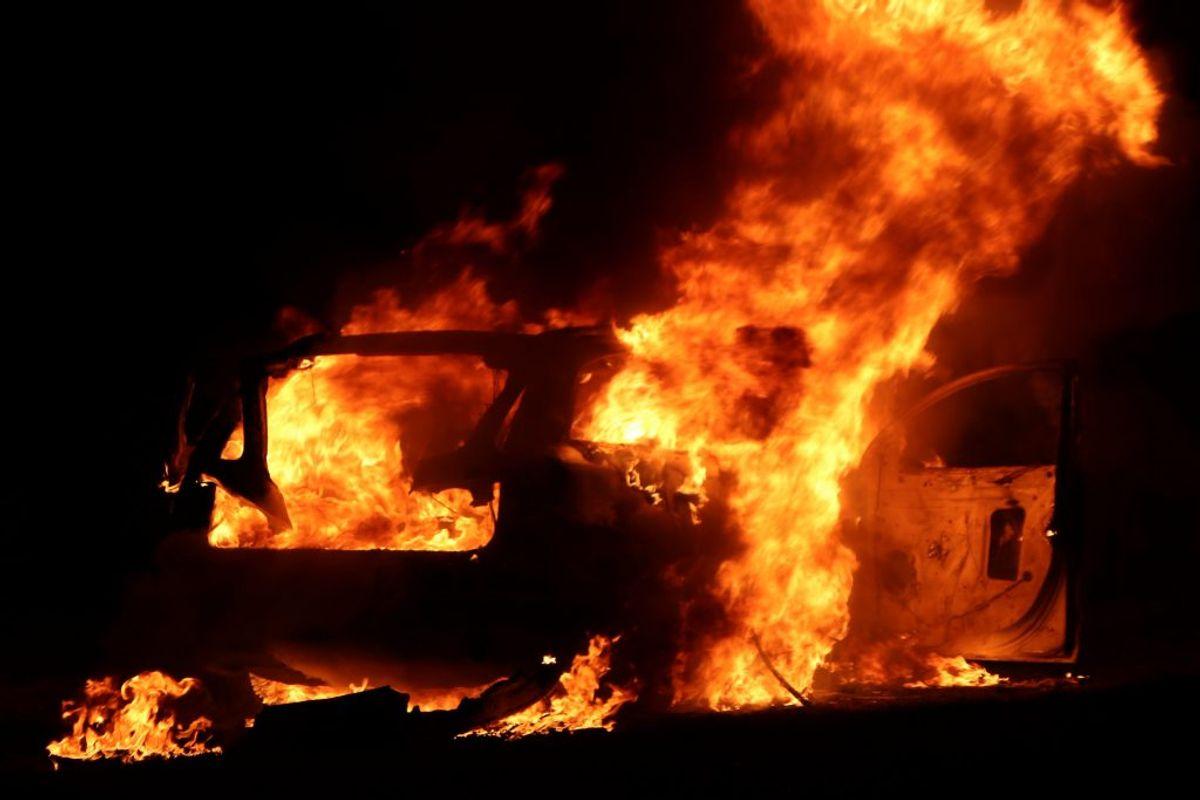 Kort efter anmeldelsen om skyderiet blev en mørk personbil brændt af i Greve. Politiet formoder, at det har en sammenhæng med skudepisoden. Foto: Presse-fotos.dk