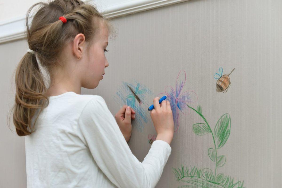 """Har du """"kreative"""" børn er en tandbørste med barberskum eller tandpaste god til at fjerne kridt og blyant fra vægge."""