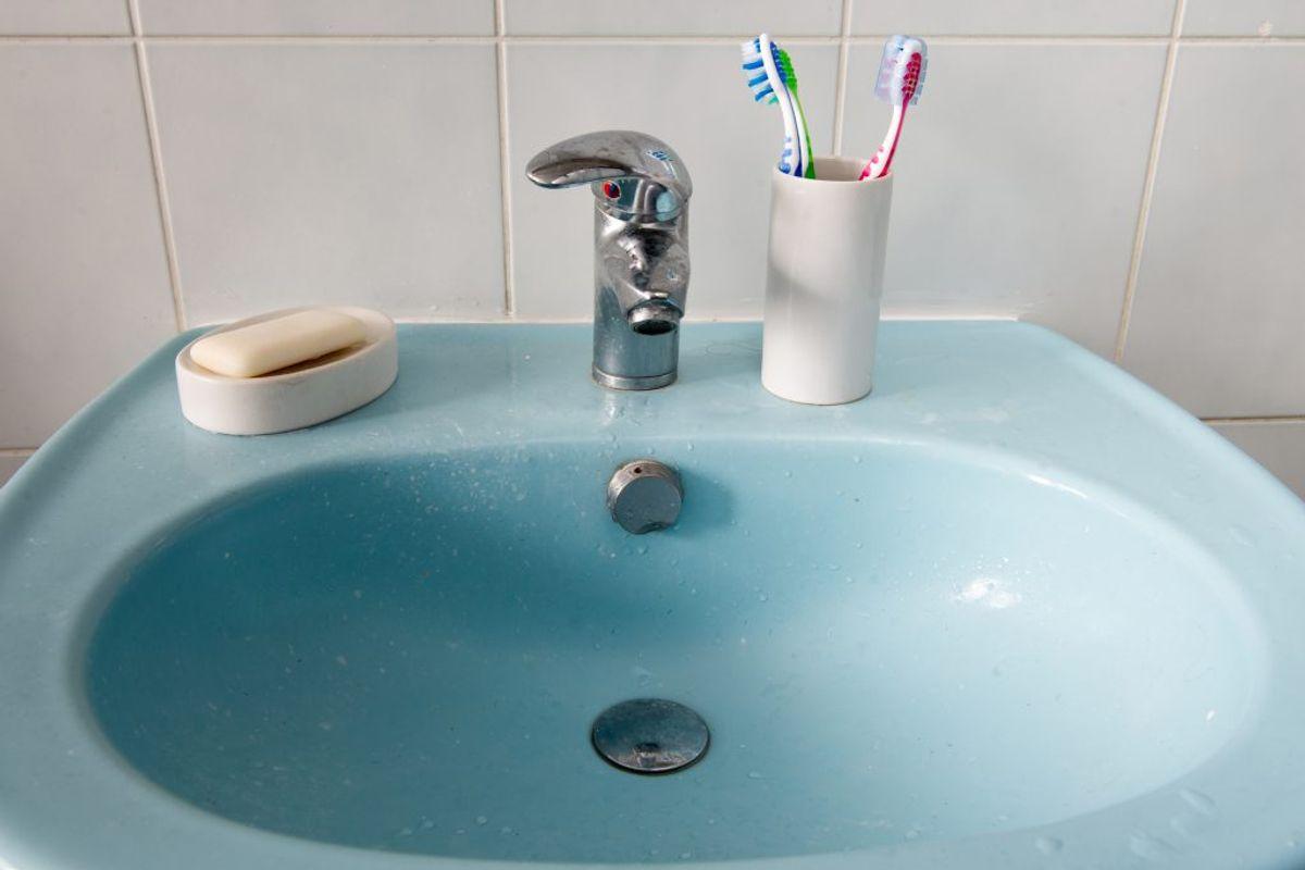 Rust omkring afløbet i vasken kan du fjerne med tandbpasta og en tandbørste. Foto: Renaud Philippe/Panthermedia/Ritzau Scanpix