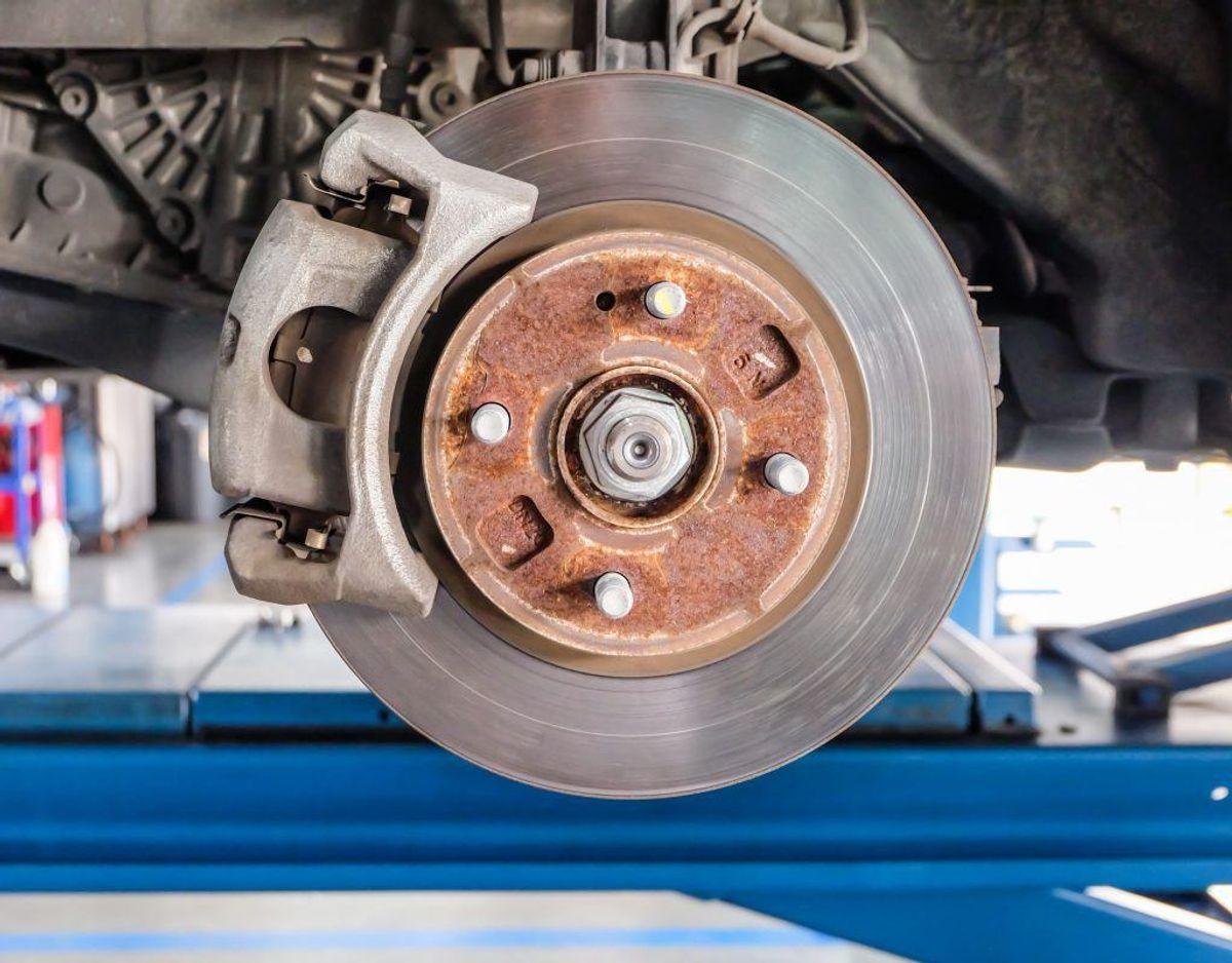 Hvis du er heldig, er der mærker på bilens panel, hvor du bør placere din donkraft.