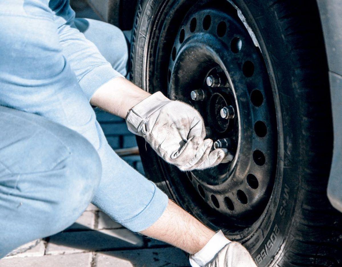 """Du skal """"forløsne"""" hjulboltene på det hjul, der skal fjernes, før du løfter bilen helt fra jorden. Herefter løsner du helt, sætter det nye dæk på og spænder."""