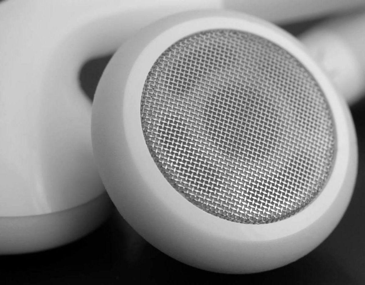 Hvis du benytter dig øretelefoner, skal du rengøre dine mikrofon- og højtalermasker med en tør vatpind. Hvis der sidder genstridige pletter, kan du fugtiggøre en klud med desinficerende middel og tørre øretelefonerne over. Foto: Scanpix