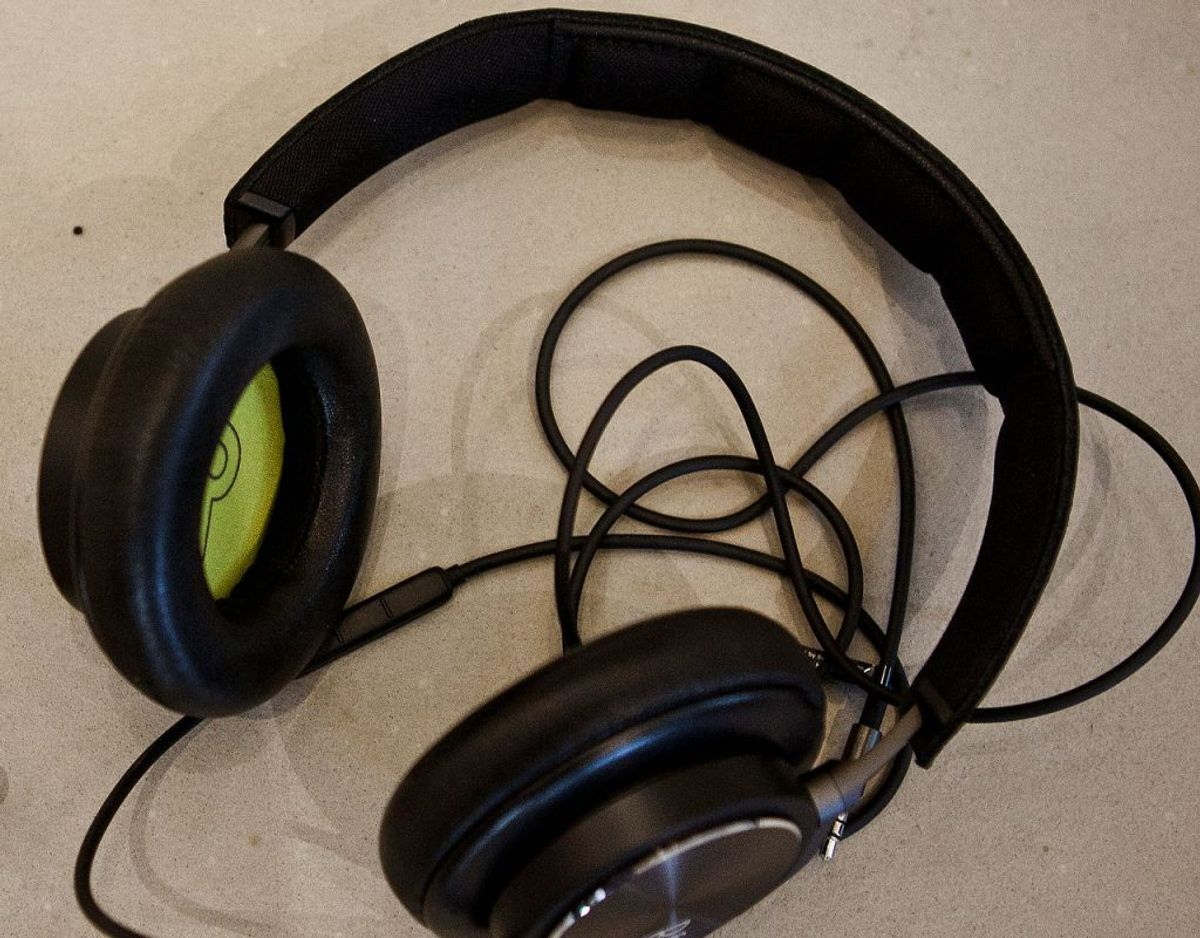 Den inderste del af hovedtelefonerne, hvor der sidder et stykke stof, rengøres bedst med desinficerende middel, der forsigtig skrubbes på stoffet. Lad det tørre inden brug. Foto: Scanpix