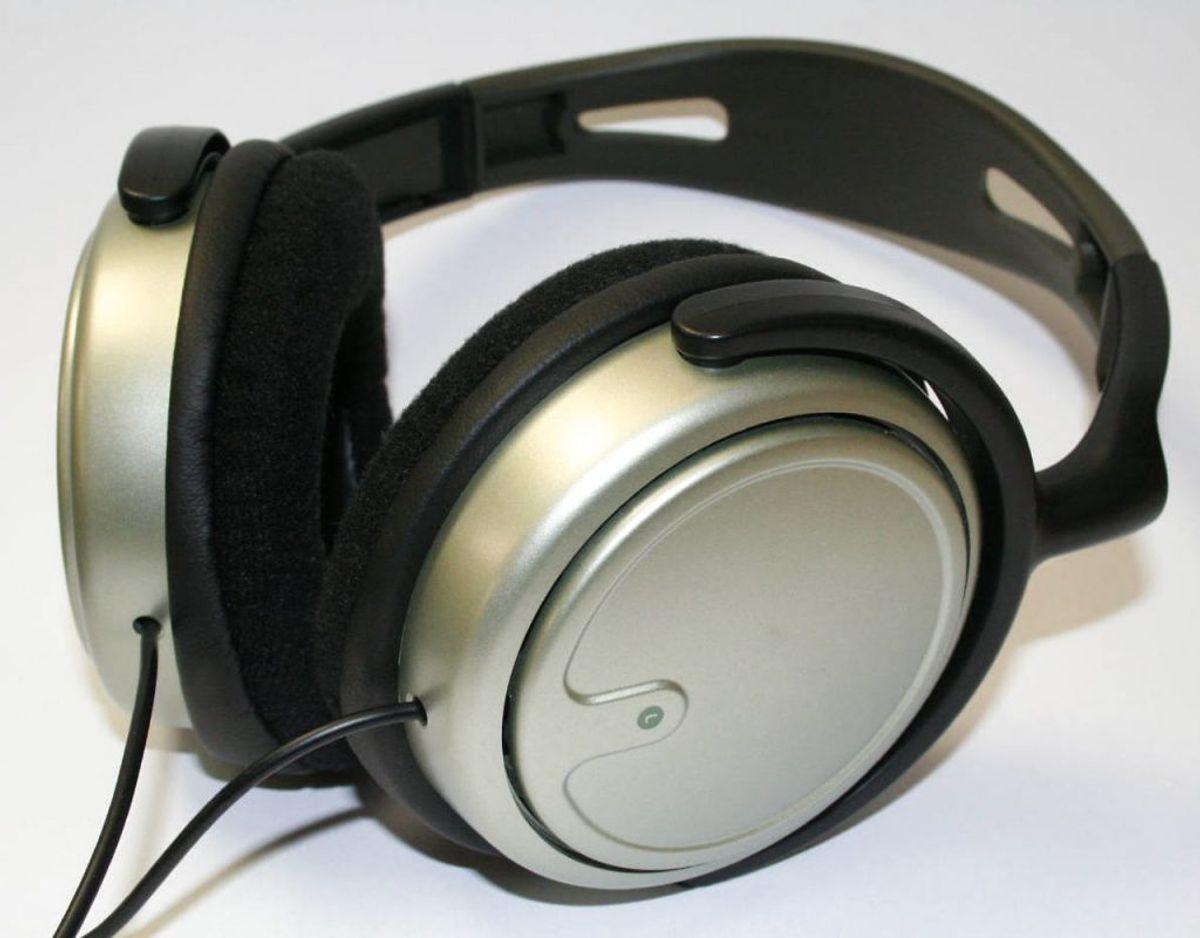 For at rengøre den udvendige del af høretelefonerne skal der ligeledes bruges desinficerende middel. Ved snævre steder kan de være en fordel af bruge en vatpind. Foto: Scanpix