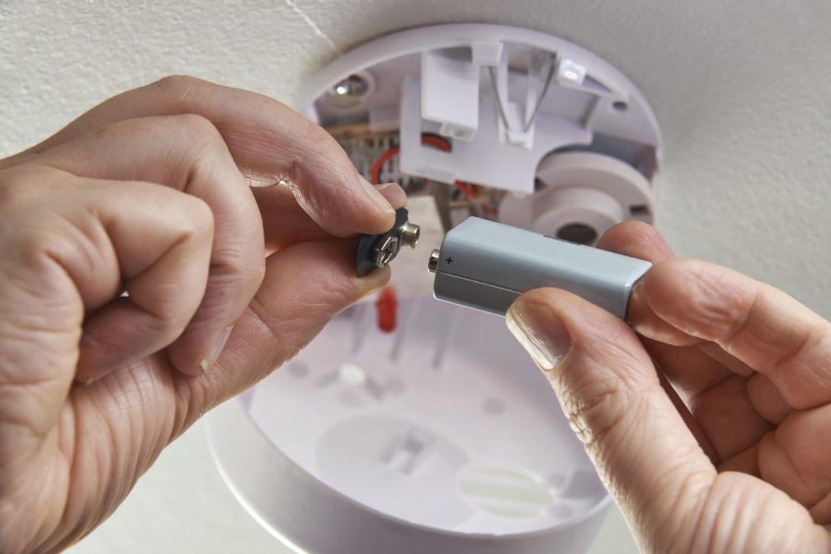Hav gerne en røgalarm i rummet, hvor du oplader telefonen. Det er på grund af giftige gasser. Foto: Colourbox.