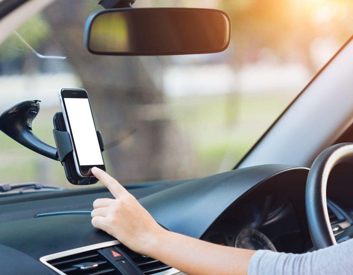 Ja. Du må gerne med et tryk tage telefonen, hvis den er fastmonteret. Det er den eneste måde du må trykke på din telefon på, når du samtidig kører bil.